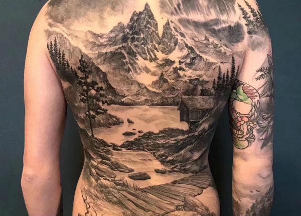 水墨风满背纹身水墨山水纹身